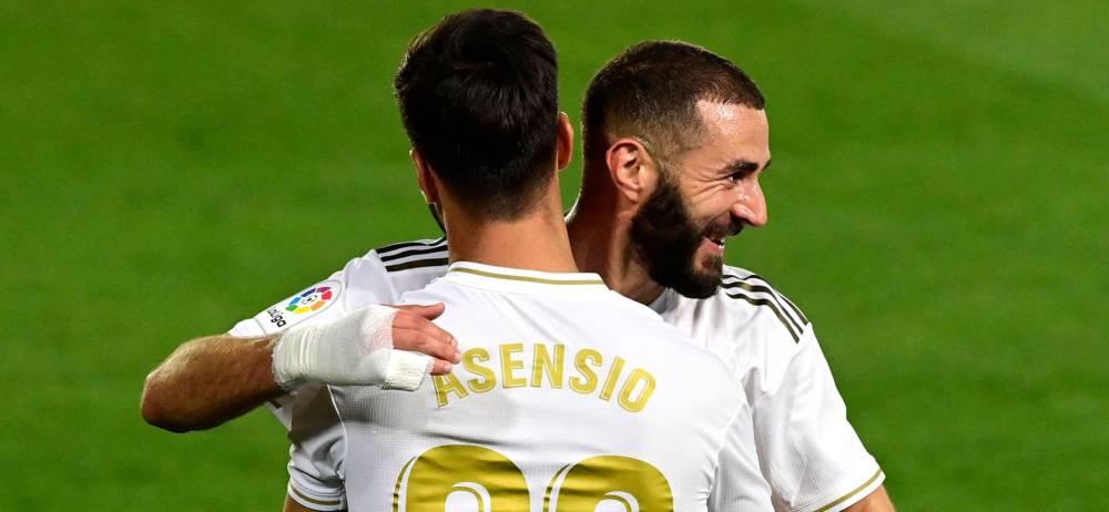 Benzema felicita a Asensio por su gol ante el Valencia.