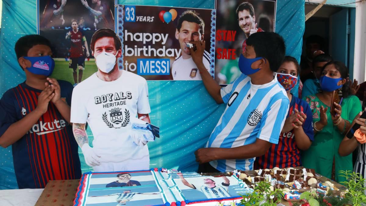 Siv Shankar Patra, el fan número uno de Messi en la India, y su familia festejaron el 33 cumpleaños del crack del Barça con una gran tarta en Calcuta.