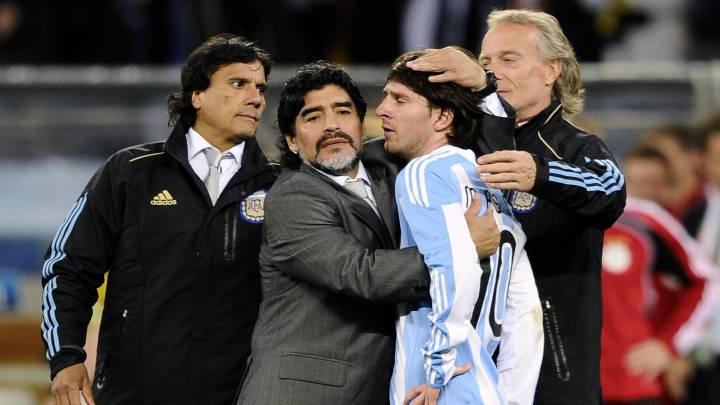 Maradona consuela a Messi tras perder con Alemania.