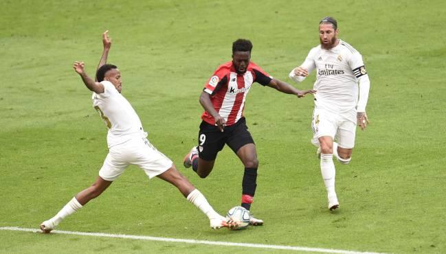 Militao, en su providencial corte a Iñaki Williams en el Athletic-Madrid.