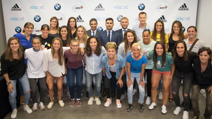 El presidente de AFE con las jugadoras.