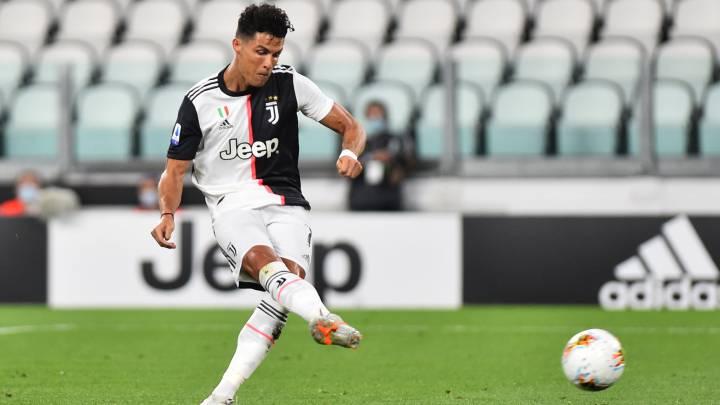 Cristiano Ronaldo marca, de penalti, el primer de sus dos goles en la victoria de la Juventus el lunes ante el Lazio.