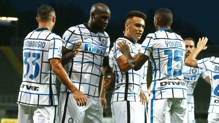 Bergamo (Italy), 01/08/2020.- Inter's Ashley Young(3R) celebrates with his teammates after scoring the 0-2 goal during the Italian Serie A soccer match Atalanta BC vs FC Inter at the Gewiss Stadium in Bergamo, Italy, 01 August 2020. (Italia) EFE/EPA/PAOLO MAGNI