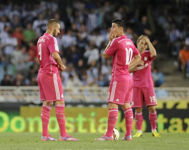 Benzema y James, con Modric al fondo, se disponen a sacar de centro después de uno de los goles de la Real Sociedad en uno de los pocos partidos de la temporada 2014-2015 que el Real Madrid vistió la camiseta fucsia.