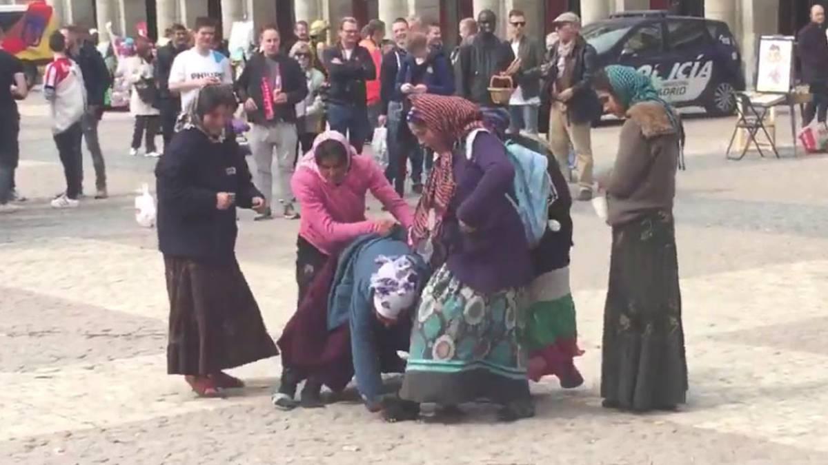 Los hinchas del PSV que vejaron a unas mujeres gitanas en Madrid aceptan 3 meses de cárcel