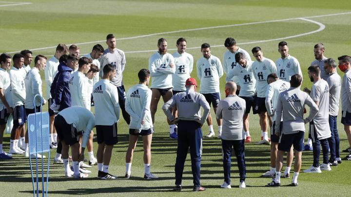 Los integrantes de la Selección española se entrenan ayer en la Ciudad Deportiva de Las Rozas con vistas al partido de hoy ante Portugal en Lisboa.