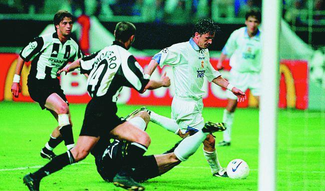 Mijatovic,en la jugada del gol que dio la séptima al Real Madrid en Ámsterdam.