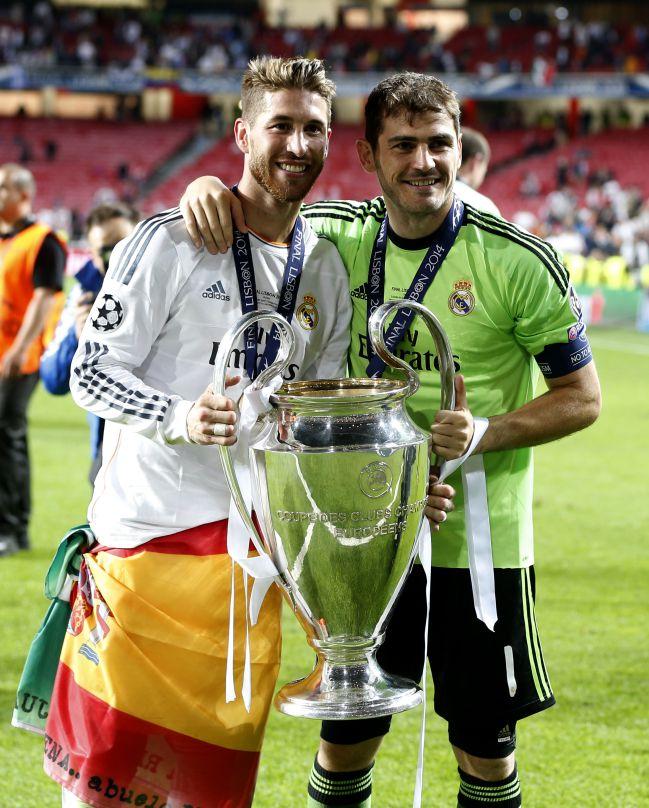 Sergio Ramos y Casillas posan con la Champions conquistada en Lisboa. Son los dos últimos capitanes del Real Madrid que han recibido el trofeo.