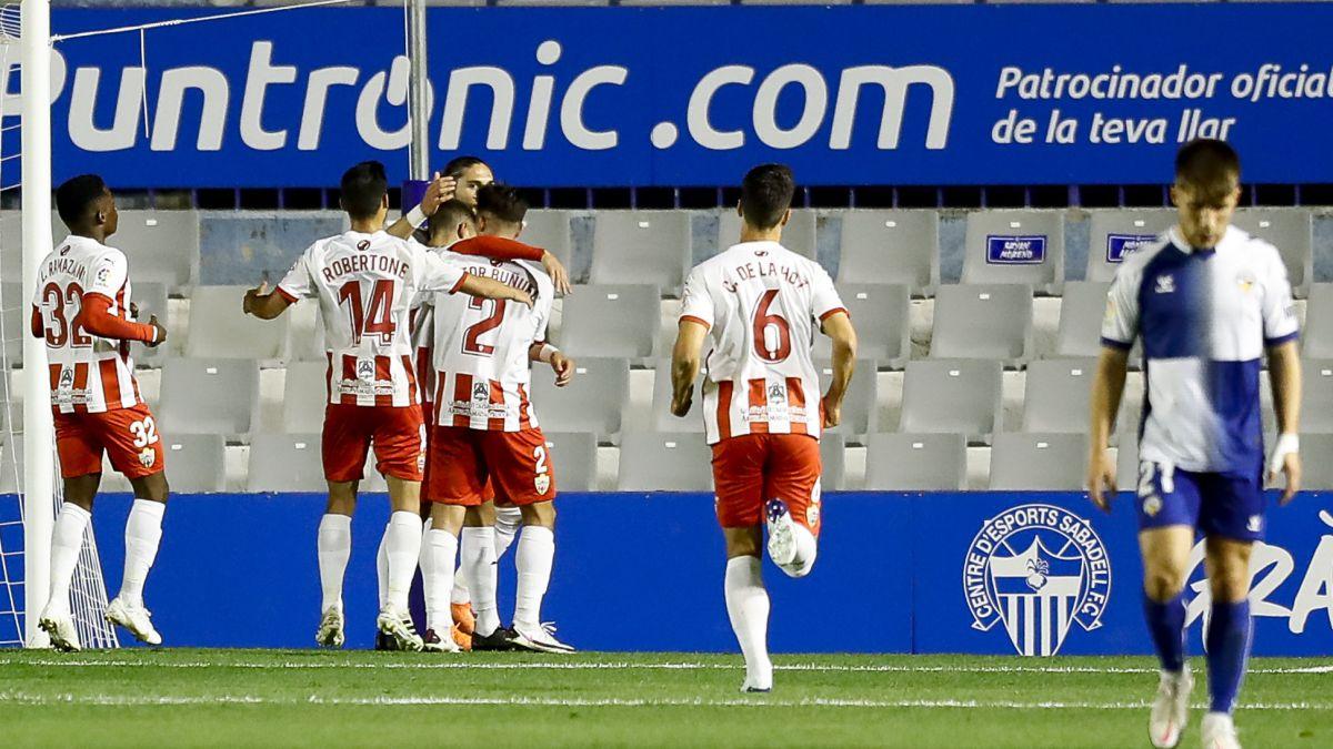El Almería, mejor contra once