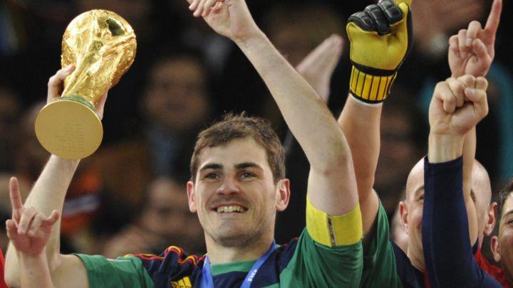 Casillas, con la Copa del Mundo en Sudáfrica 2010.