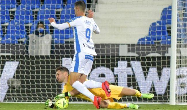 Luca Zidane se hace con el balón en el mano a mano con Sabin.