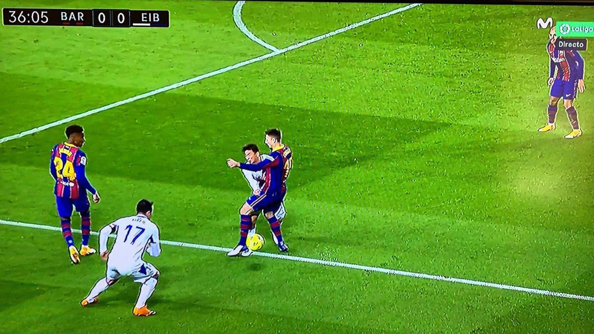 Para Iturralde, es penalti de Lenglet a Inui en el minuto 36