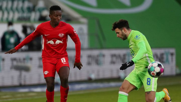 WOLFSBURG, GERMANY - JANUARY 16: Amadou Haidara of RB Leipzig is challenged by Renato Steffen of VfL Wolfsburg during the Bundesliga match between VfL Wolfsburg and RB Leipzig at Volkswagen Arena on January 16, 2021 in Wolfsburg, Germany. Sporting stadiums around Germany remain under strict restrictions due to the Coronavirus Pandemic as Government social distancing laws prohibit fans inside venues resulting in games being played behind closed doors. (Photo by Focke Strangmann - Pool/Getty Images)