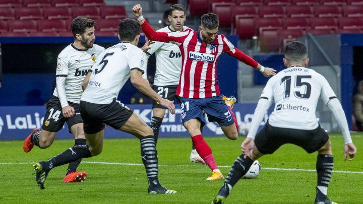 Yannick Carrasco contra el Valencia.