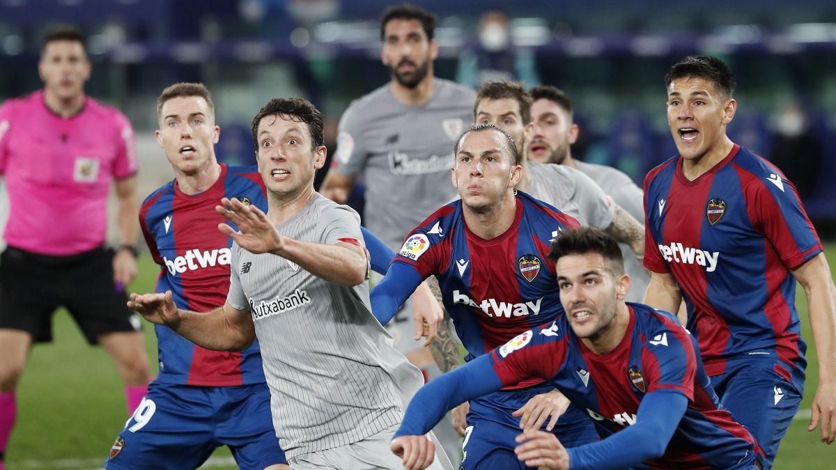 Raúl García nivela a Roger con un polémico penalti
