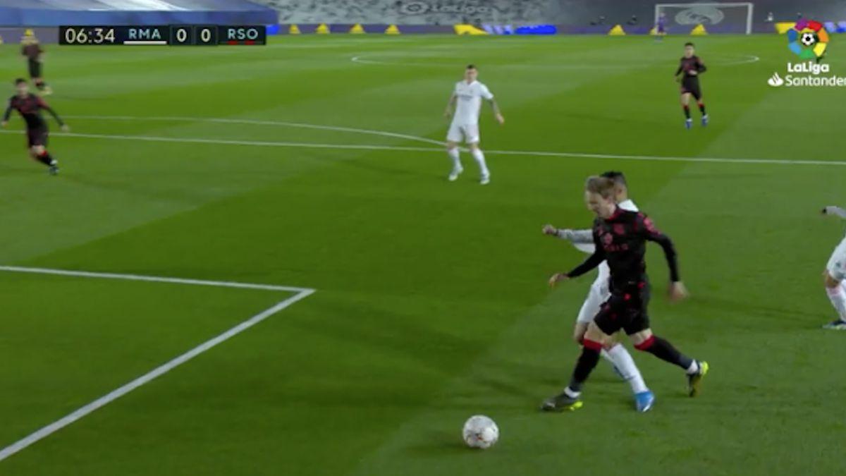 Posible penalti de Casemiro a Monreal en la primera mitad