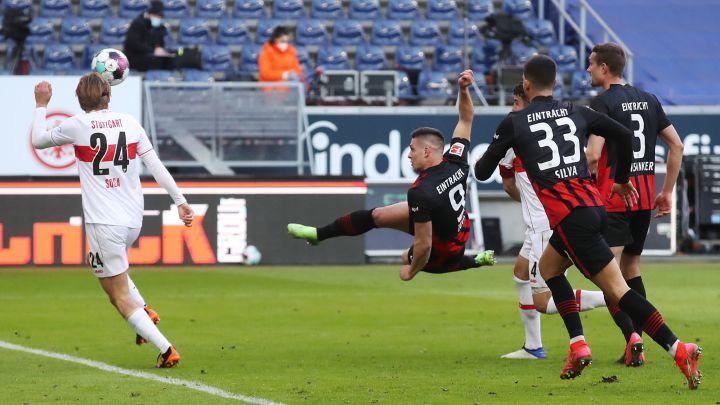 Jovic remata en el partido contra el Stuttgart.