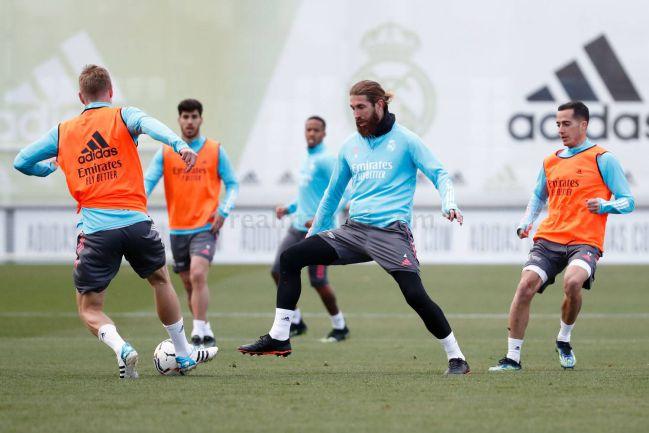 Ramos, durante el entrenamiento de este viernes con el Madrid. Sufre una contusión en la tibia y no jugará en Vigo.