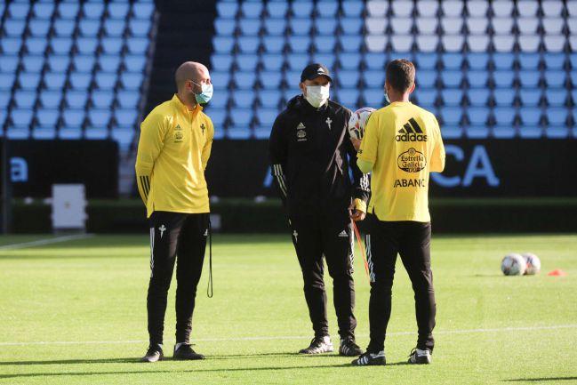 Coudet y su cuerpo técnico, durante una sesión preparatoria del Celta.