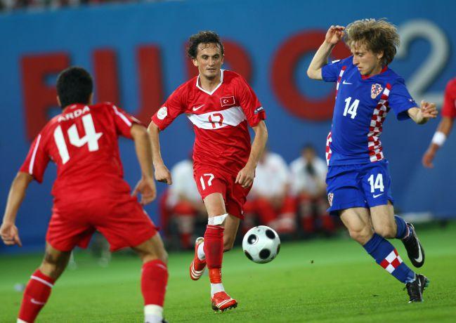 Arda Turan (de espaldas), Tuncay Sanli y Luka Modric, en el Croacia-Turquía de cuartos de final de la Eurocopa 2008.