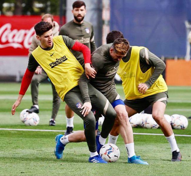 Héctor Peña pelea con Héctor Herrera durante un entrenamiento con el primer equipo.