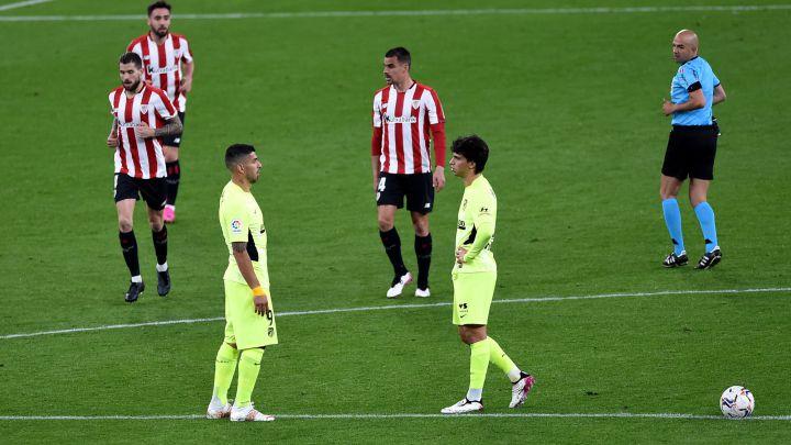 Luis Suárez y João Félix tras el gol de la victoria del Athletic.