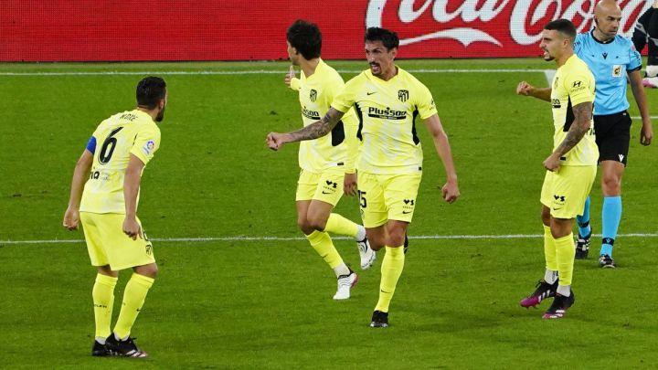Savic, entre Koke, João Félix y Hermoso, celebra con rabia su gol en el Athletic-Atlético, el que suponía el 1-1, pero que finalmente no sirvió para puntuar.