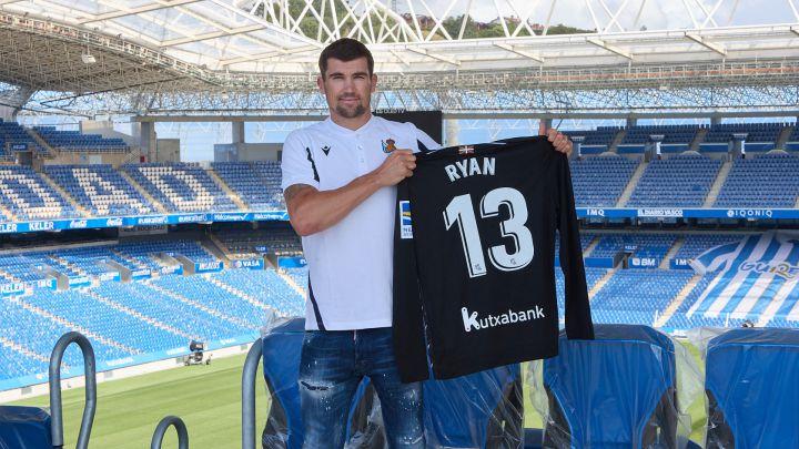 Mathew Ryan posa con la camiseta de la Real Sociedad tras su fichaje por el club donostiarra.