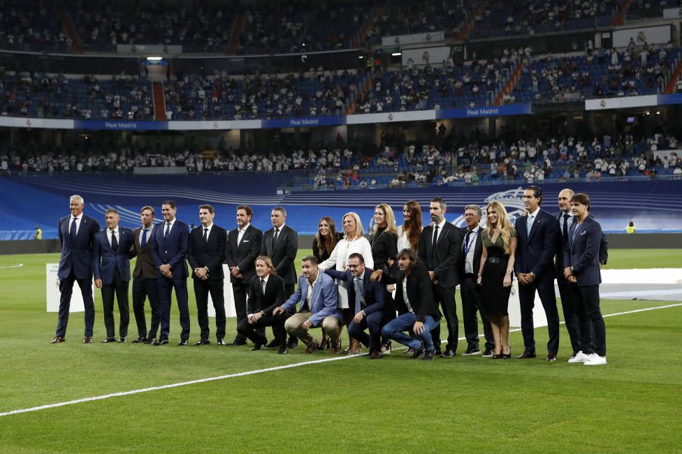 Homenaje a Lorenzo Sanz antes del partido.