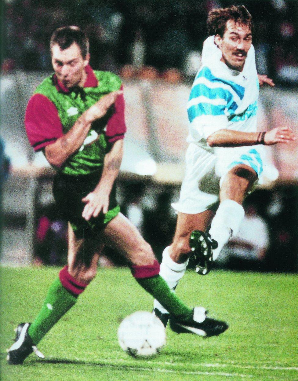 Campeón de Europa con el Olympique de Marsella en 1993.