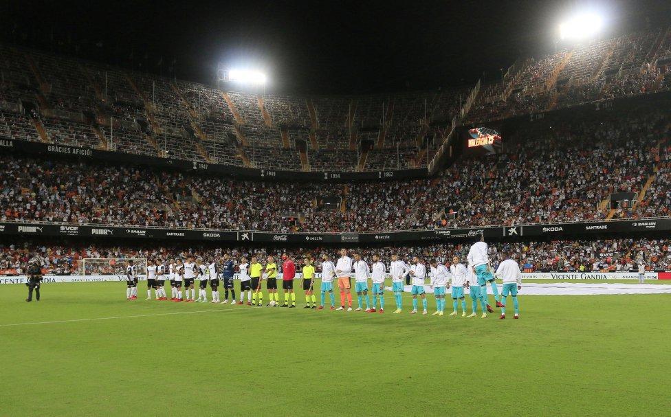 Formación de los equipos en el estadio de Mestalla.