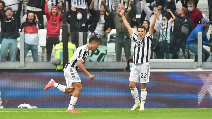 Paulo Dybala y Federico Chiesa, jugadores de la Juventus, celebran el gol del argentino ante la Sampdoria en la Serie A.