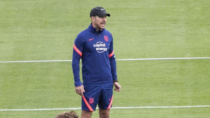 Simeone da instrucciones durante el entrenamiento del Atlético.