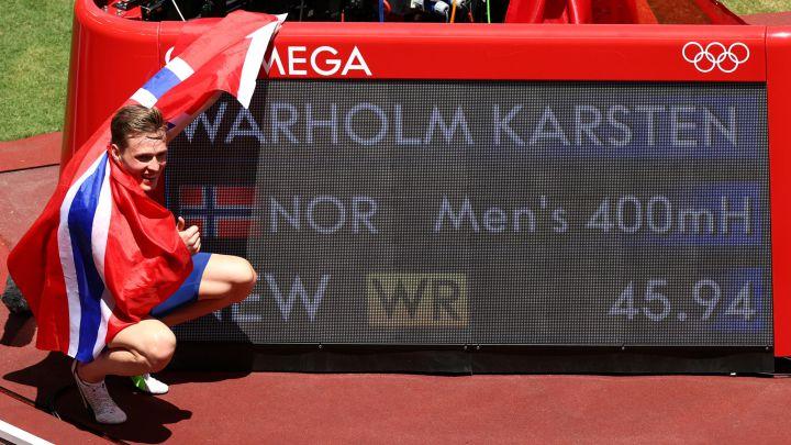 Karsten Warholm celebra su oro y récord del mundo en 400 vallas.