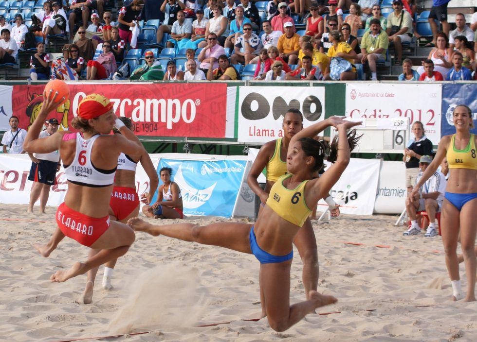 db70f5a9e2 Las chicas del balonmano playa logran ganar la batalla del bikini ...