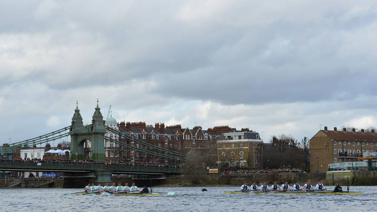 Las embarcaciones de Cambridge y Oxford cruzan el puente de Hammersmith durante la disputa de la regata de la Oxford-Cambridge de 2016.