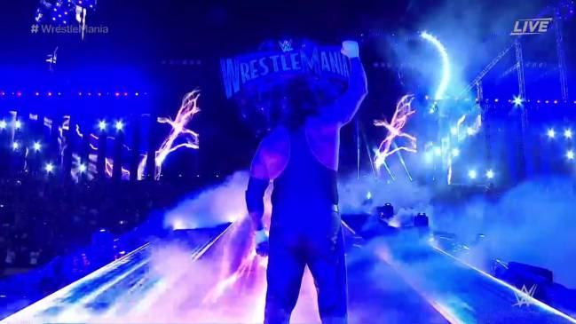 'The Undertaker' saluda durante su entrada al ring en Wrestlemania 33