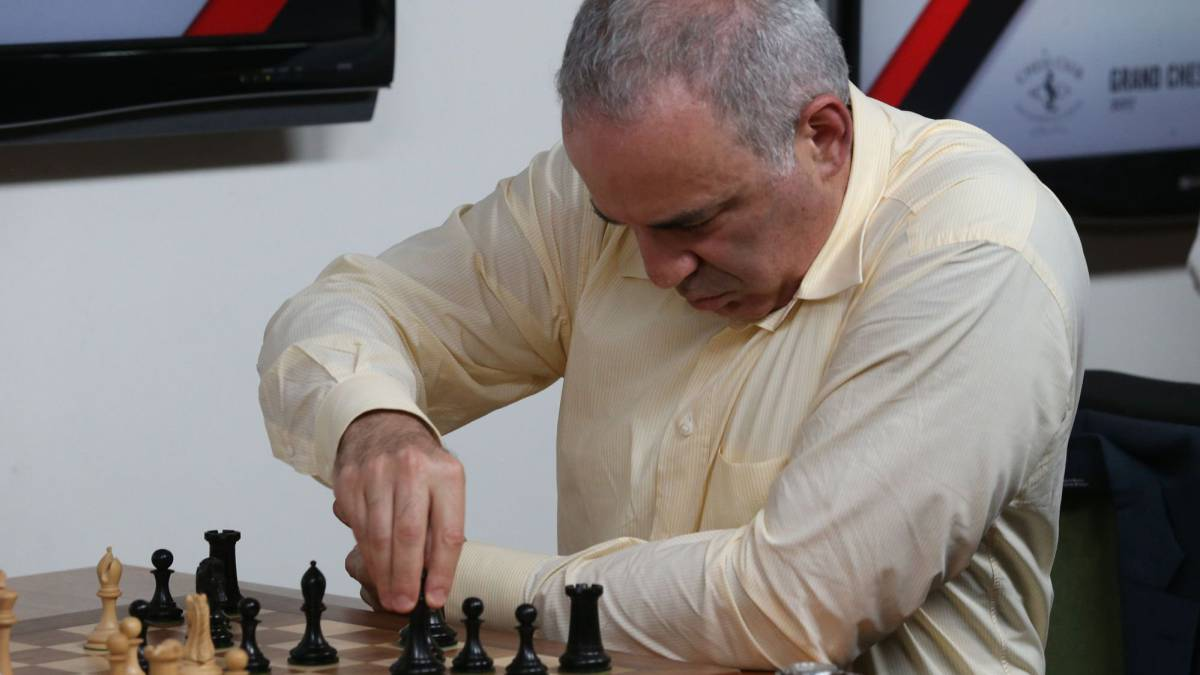 Garry Kasparov realiza un movimiento durante su partida ante Levon Aronian durante el Grand Chess Tour en el Chess Club and Scholastic Center de St. Louis.