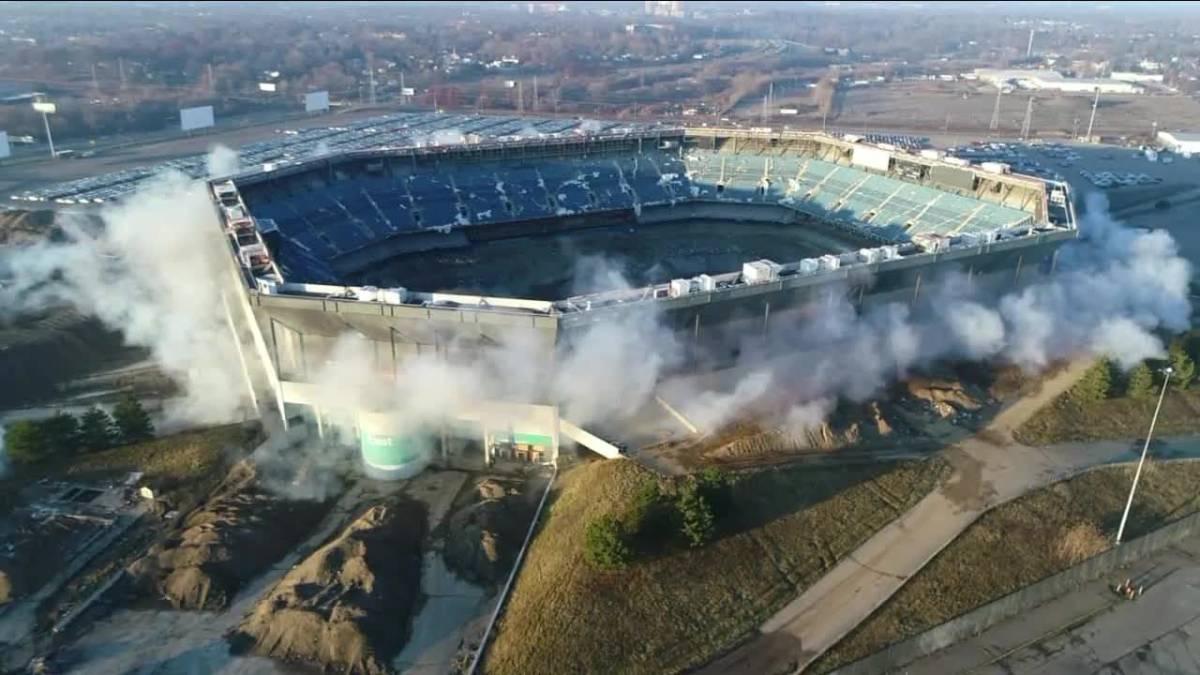 A la segunda fue la vencida: demolido el Pontiac Silverdome