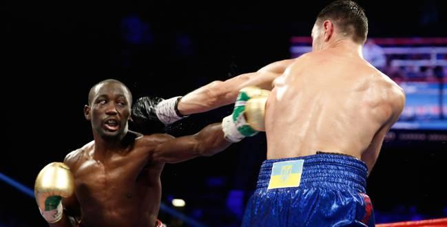 Terence Crawford golpea a Viktor Postol durante su combate en 2016.