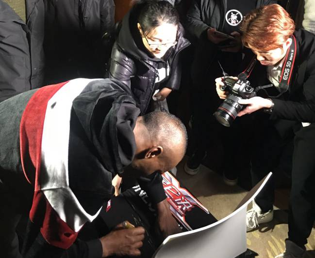 Ayman firma autógrafos a sus fans chinos tras la rueda de prensa oficial.
