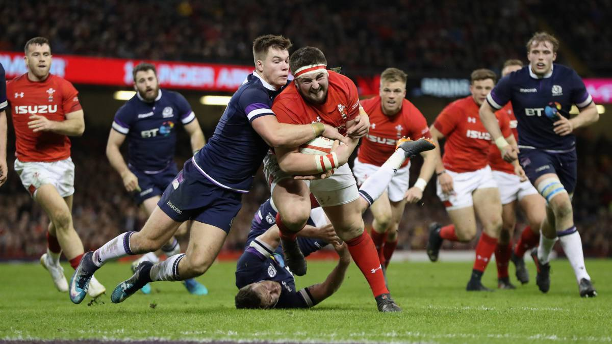 Wyn Jones es placado por Huw Jones during el partido del NatWest Six Nations entre Gales y Escocia.