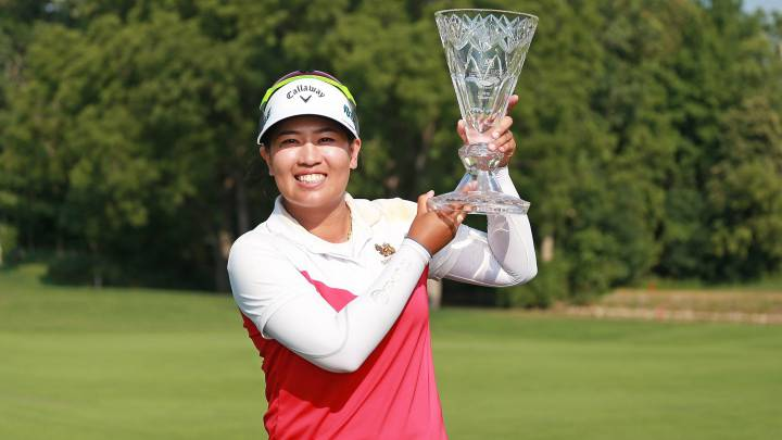 Thidapa Suwannapura posa con el trofeo de campeona del Marathon Classic Presented By Owens Corning And O-I en el Highland Meadows Golf Club de Sylvania, Ohio.