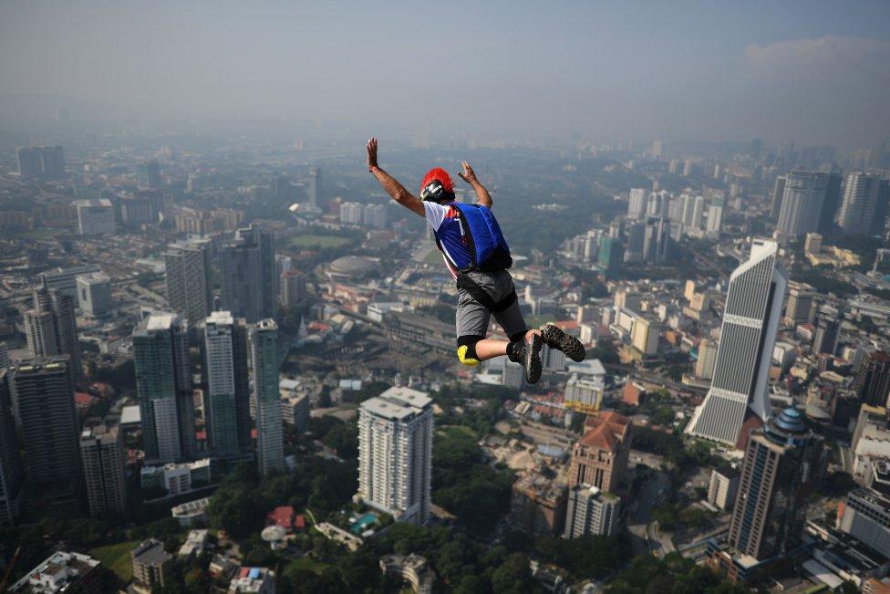 Salto base Un saltador se lanza desde la torre Kuala Lumpur cin vistas a toda la ciudad. Se disputaba el evento anual de salto base desde la torre Kuala Lumpur