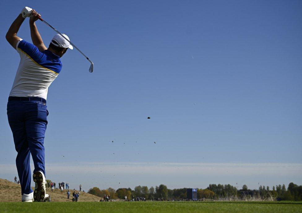 Jon Rahm desde el tee. El golfista español, jugador de la selección de Europa en la Ryder Cup. Golpea la bola desde la salida del hoyo 12 en Le Golf National al sudoeste de París.