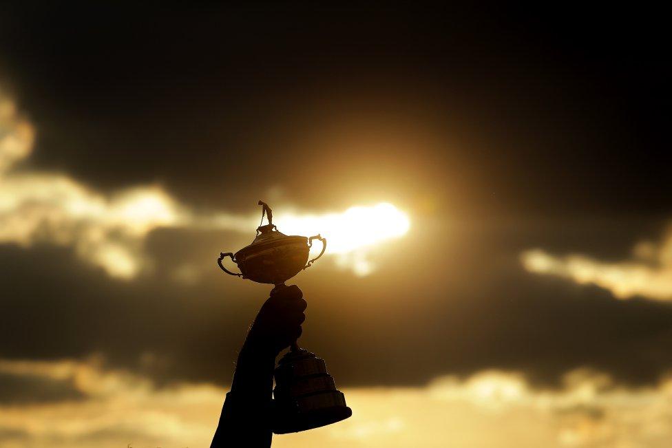 La Ryder Cup. Al atardecer, Thomas Bjorn levanta el trofeo que acredita a Europa como campeón de la Ryder Cup de 2018.