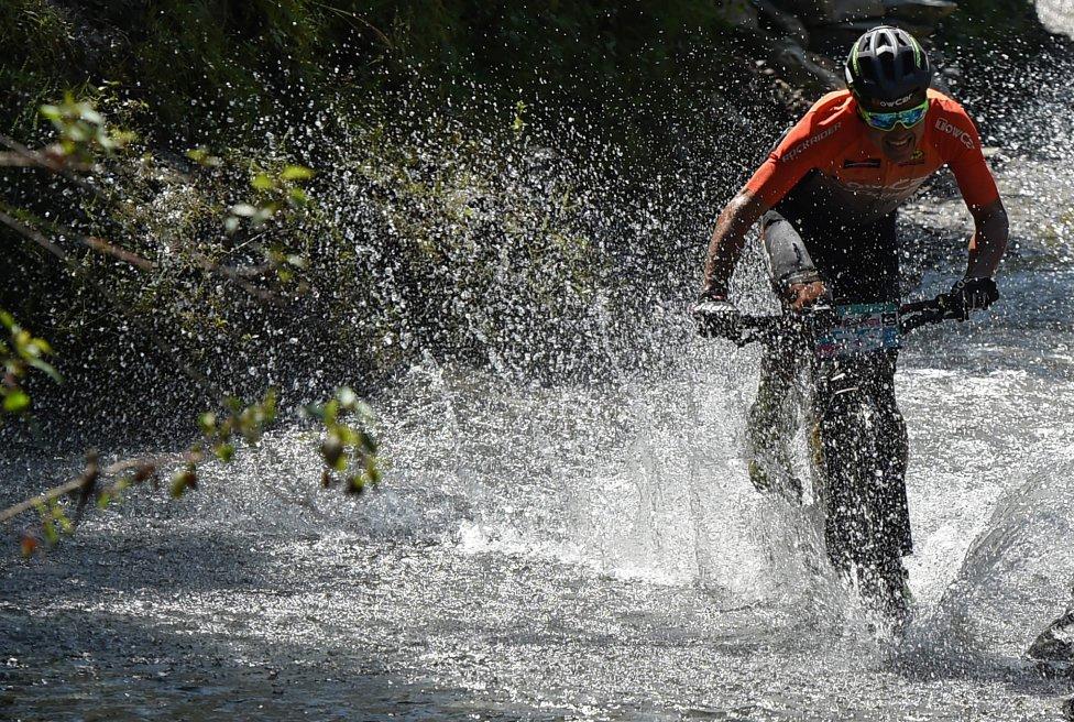Milton Ramos de España compite en la 14ª edición de la carrera de bicicleta de montaña Hero MTB Himalaya en el estado de Himachal Pradesh, en el norte de India,