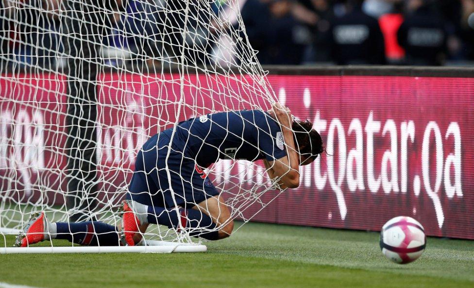 El jugador uruguayo del PSG Cavani se lamenta de una ocasión de gol perdida durante el partido de la Ligue 1 contra el Amiens SC.