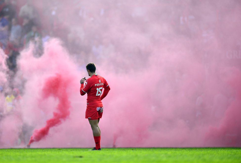 El jugador del Toulouse de rugby Thomas Ramos observa el humo de las bengalas lanzadas por los seguidores durante el partido contra el Leinster.