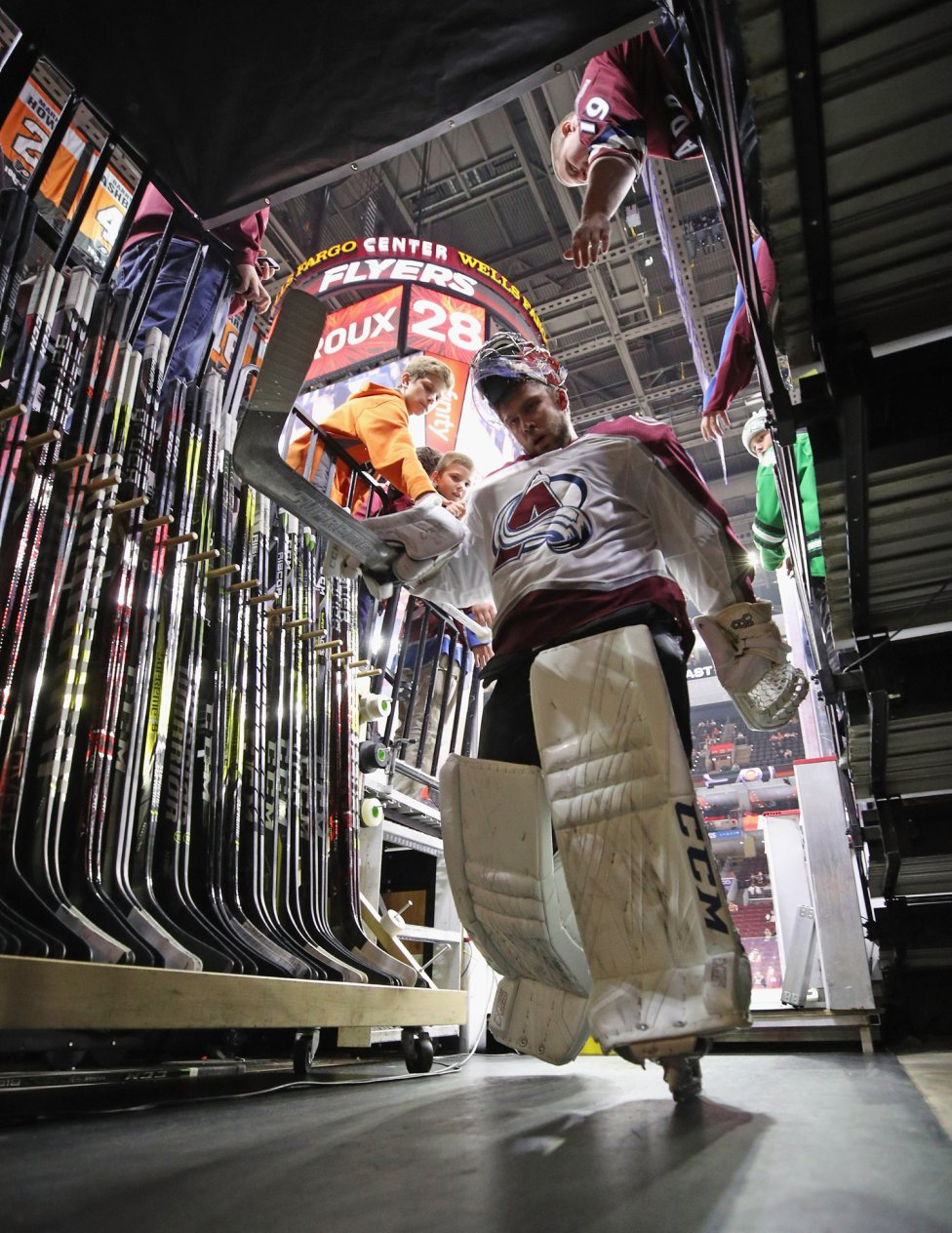 El jugador de los Colorado Avalanche de hockey sobre hielo Semyon Varlamov tras el calentamiento previo al encuentro frente a los Philadelphia Flyers.